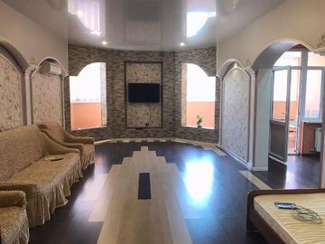 Просторная трехкомнатная квартира в центре Сочи